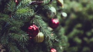 christmas-tree-ornaments-close-up-blurred-others-10972-resized